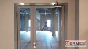 Двери в алюминиевой раме с нащельниками