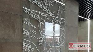 Стеклянное панно и табличка с номером этажа