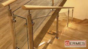 Ограждение с деревянными стойками и поручнем