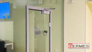 Перегородка с распашной дверью в алюминиевой коробке