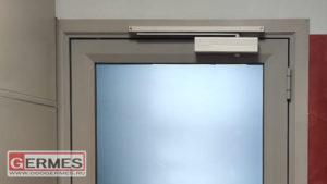 Дверь с ползунковым доводчиком и контролем доступа