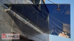 Козырёк из тонированного стекла на вентилируемом фасаде